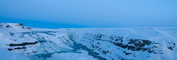 Måne över Gullfoss, fruset vattenfall på Island