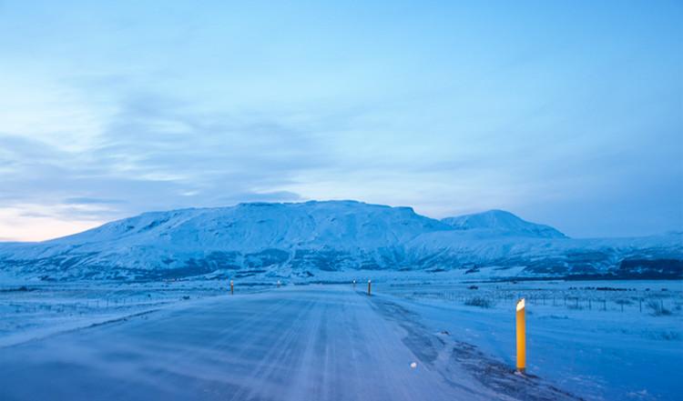 Vintrig landväg i skymningen, vid Gullfoss Island