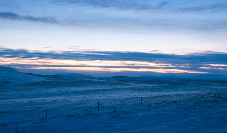 Skymning över isländskt vinterlandskap