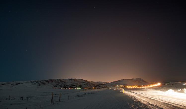 Vägen tillbaka mot Reykjavik en vinternatt, Island