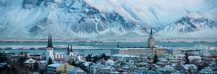 Reykjavik med Esjan på andra sidan sundet, Island