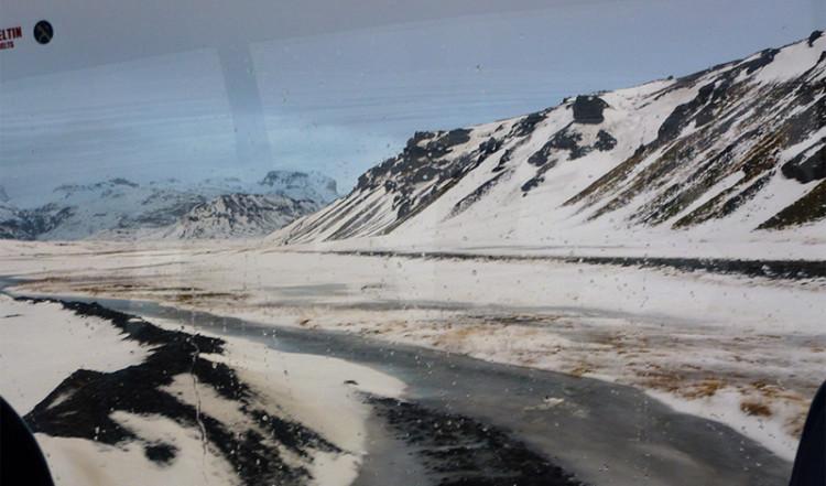 Isig liten väg längs vulkanlandskap, Island