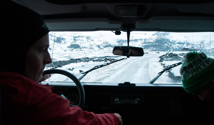 Terränggående jeep på en smal och ojämn väg, Island