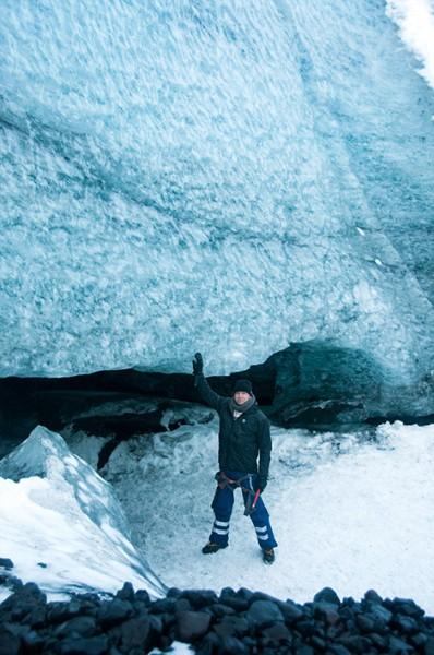 Lasse vid glaciärgrotta i Sólheimajökull, Island