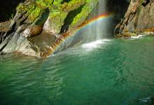 Vacker regnbåge visar sig vid vattenfall, Milford Sound