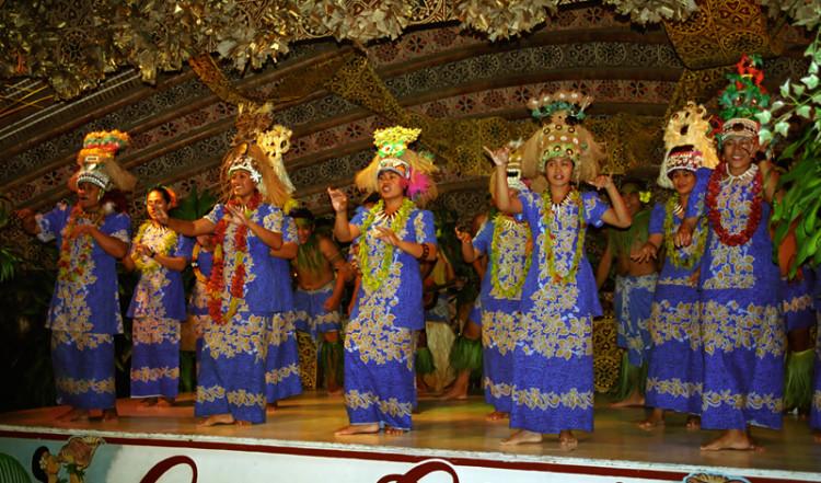 Kvinnor sjunger och gungar till söderhavstoner, Aggie Greys Samoa