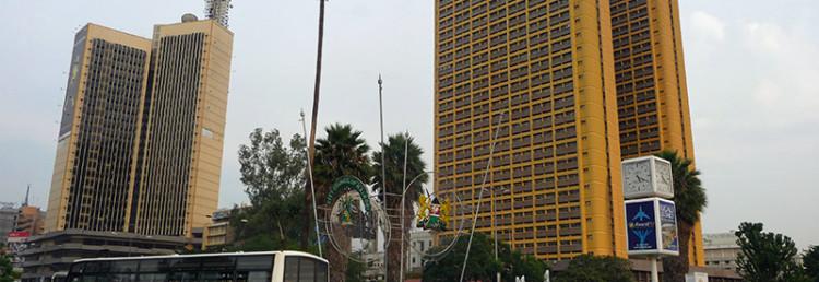 Trafik och höghus i Nairobi centrum, Kenya