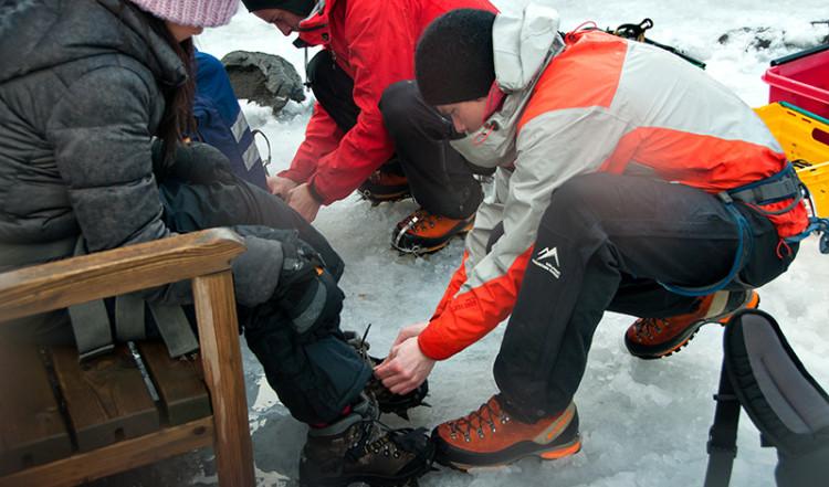 Förberedelse för glaciär utflykt, Sólheimajökull, Island