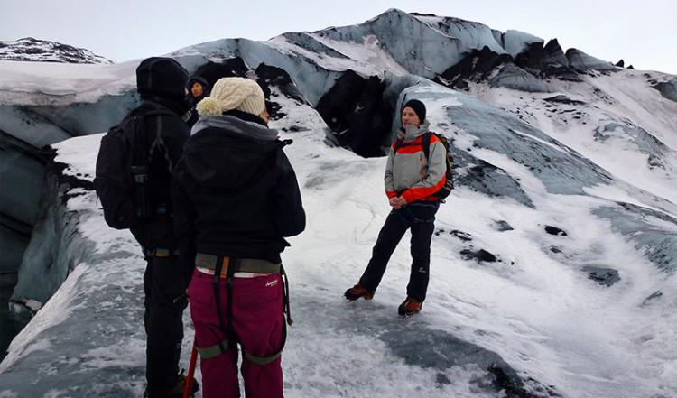 Guiden berätar om glaciären Sólheimajökull, Island