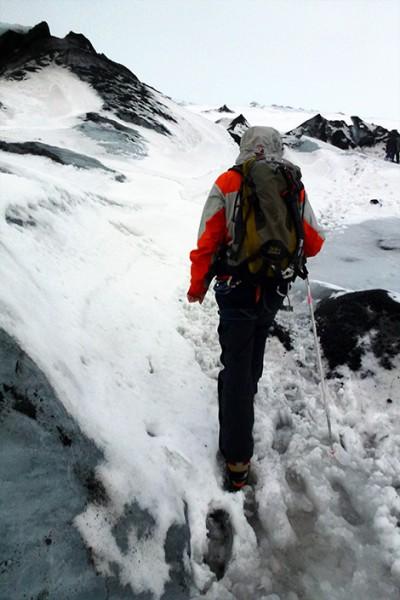 Guiden visar vägen på glaciären Sólheimajökull, Island