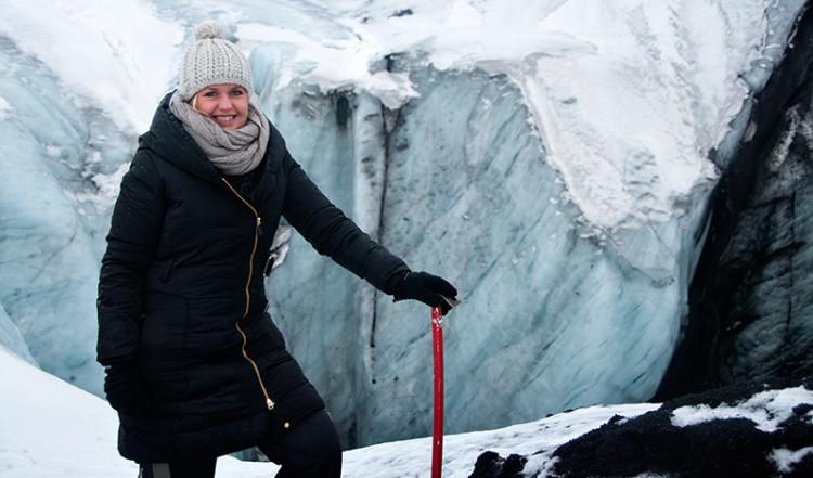 Anki med isyxa vid glaciären på Sólheimajökull, Island