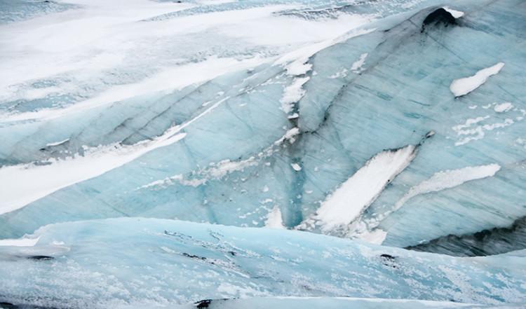 Glacäris av pressade lager av is och snö på Sólheimajökull, Island