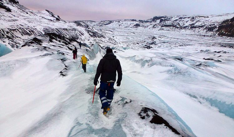 Lasse på väg nedför glaciärtungan vid Sólheimajökull, Island