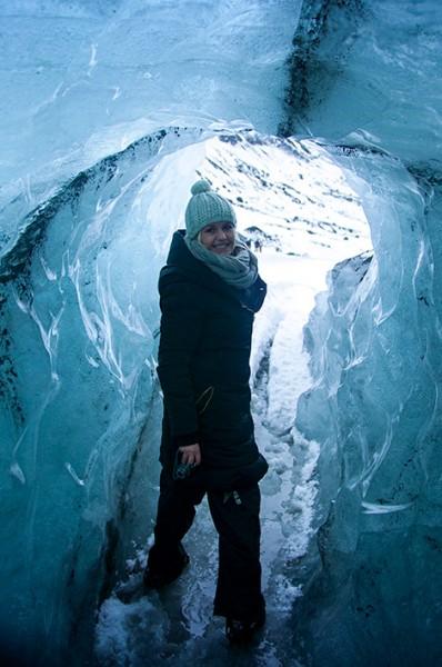 Anki i isgrotta på glaciären vid Sólheimajökull, Island