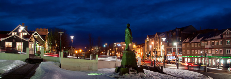 Vinterkväll i centrala Reykjavik, Island