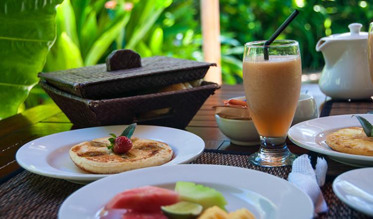 Bananpannkaka, frukt, färskpressad juice, frukost på kàMAYA, Sanur