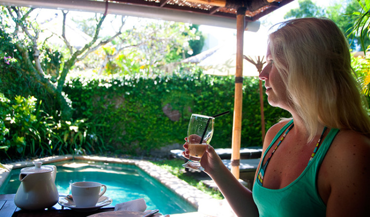 Anki njuter av frukost i vår Villa på kàMAYA, Sanur Bali