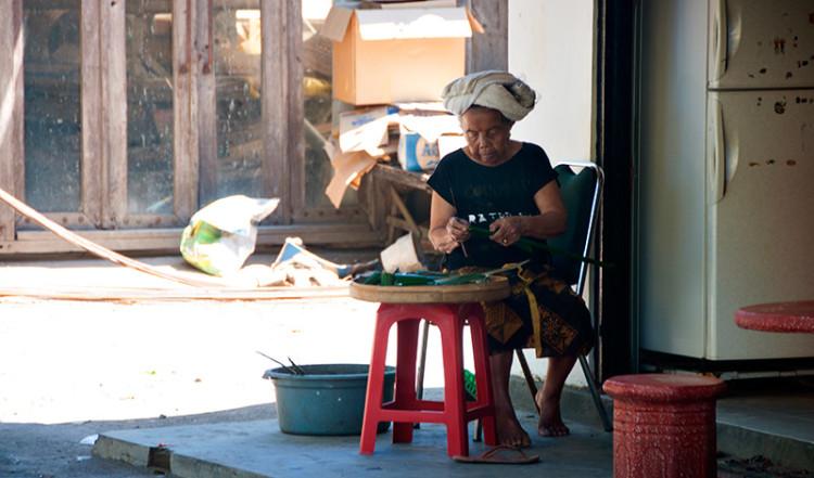 Kvinna jobbar i södra Sanur, Bali
