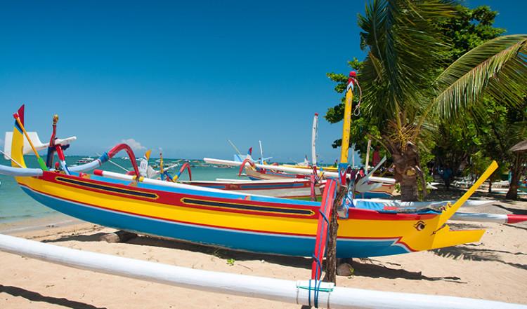 Färgglada båtar vid Sanur strandpromenad, Bali