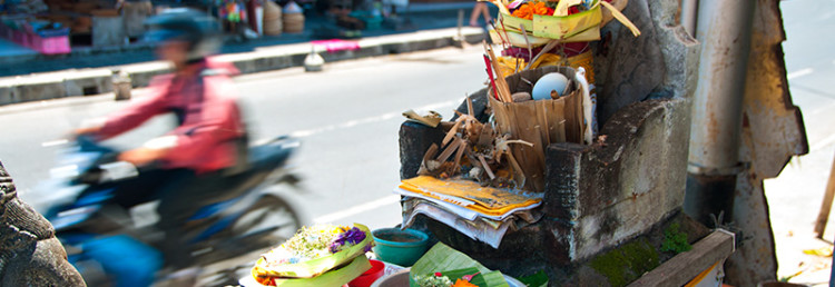 Offergåva längs gata i Sanur, Bali