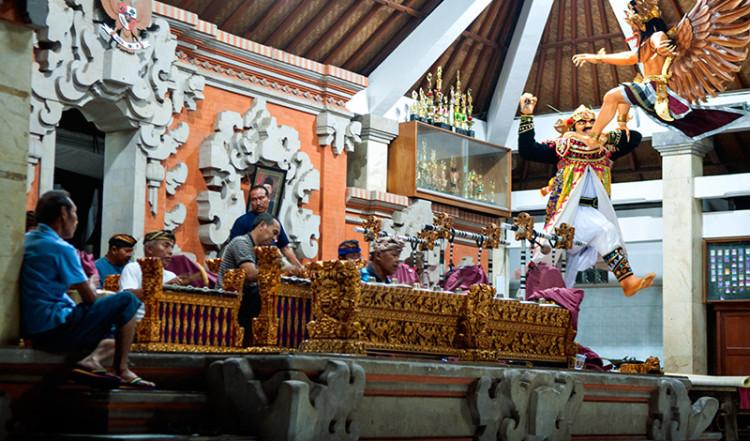 Musiker reptererar traditionell Balinesisk musik, Sanur