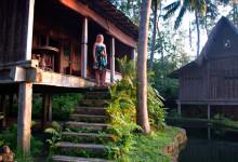 Anki blickar ut från Padi House, Bambu Indah Ubud