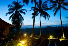 Skymning vid Bambu Indah i Ubud, Bali