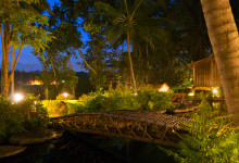 Kväll vid bron över poolen Bambu Indah i Ubud, Bali