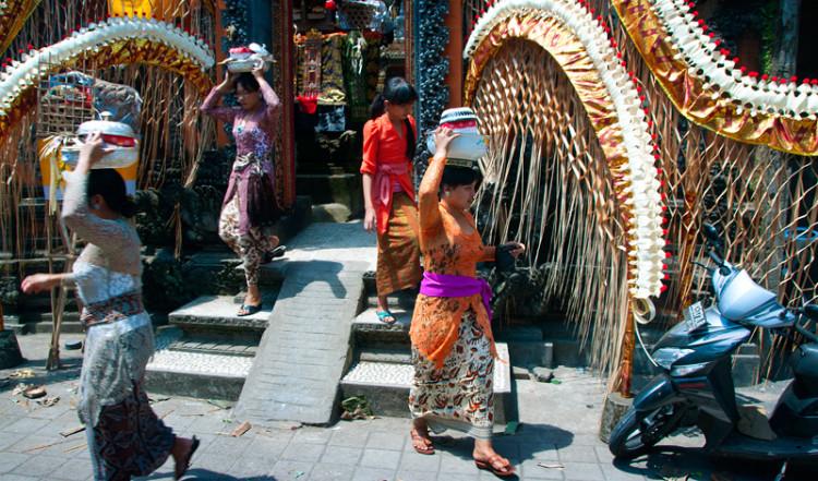 Kvinnor med mat på huvudet lämnar templet, Ubud Bali