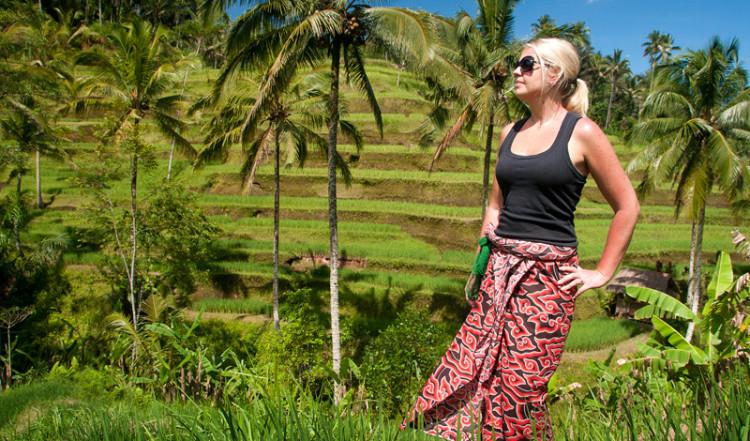 Anki i sarrong vid Tegallantang risterasser, Bali Indonesien