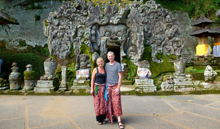 Anki och Lasse vid entrén till Goa Gajah, Elefant grottan i Ubud, Bali