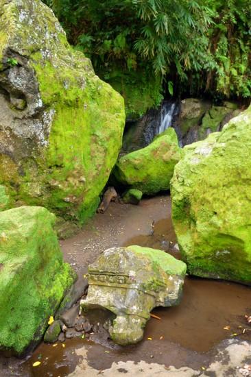 Klippblock och litet vattenfall vid Goa Gajah, Elefant grottan i Ubud, Bali