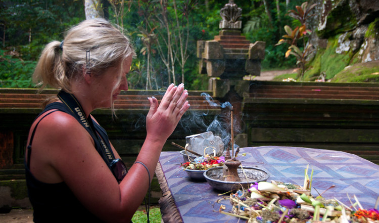 Anki hälsar gudarna i Goa Gajah, Elefant grottan i Ubud, Bali