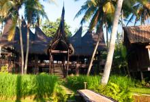 Solens ligger lågt vid huvudbyggnaden, Bambu Indah, Ubud