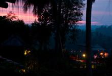Sista dagsljuset färgar himmeln rosa vid Bambu Indah, Ubud