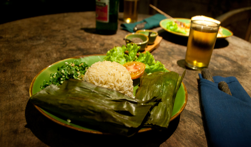 Middag serverad i bananblad på Bambu Indah, Ubud