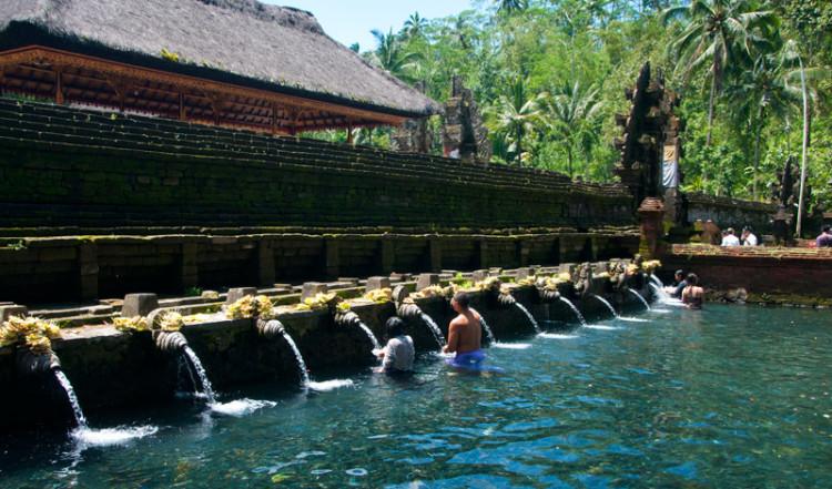 Purifying pool, renande bassängen vid Pura Tirtha Empul, Bali