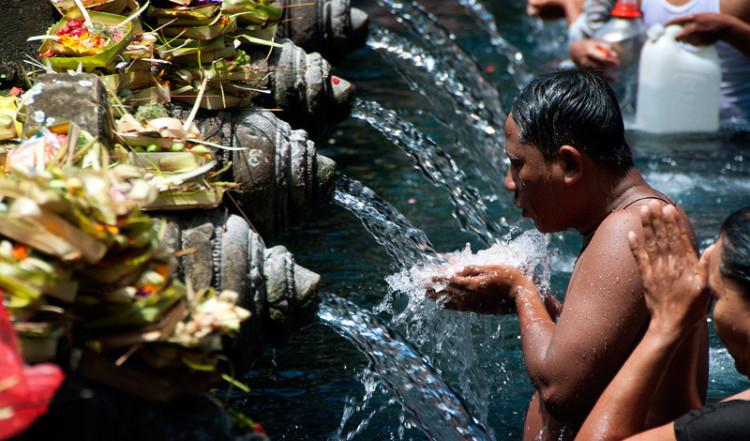 Ritualbad vid Purifying pool, Pura Tirtha Empul, Bali