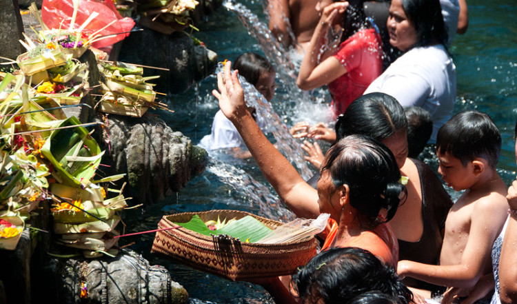 Familjer med barn i Purifying pool, Pura Tirtha Empul, Bali