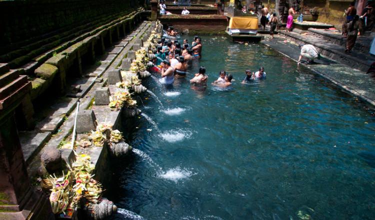 Den renande bassängen i Pura Tirtha Empul, Bali