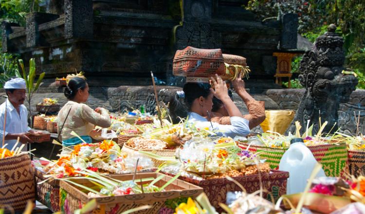 Mängder med offergåva i Pura Tirtha Empul, Bali