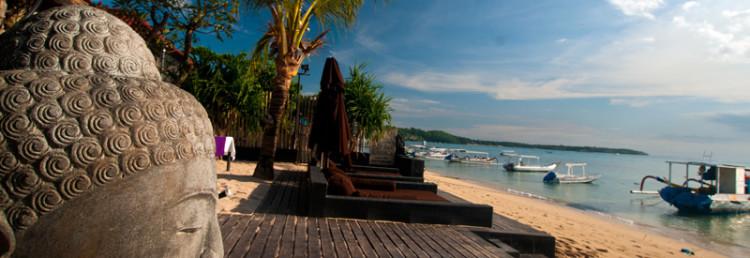 Buddah på Indiana Kenanga Villas längs stranden på Lembongan