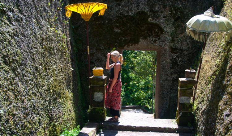 Anki duttar vatten för god lycka vid Gunung Kawi