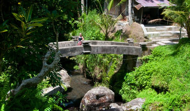 Bron över Pakrisan floden vid Gunung Kawi, Bali