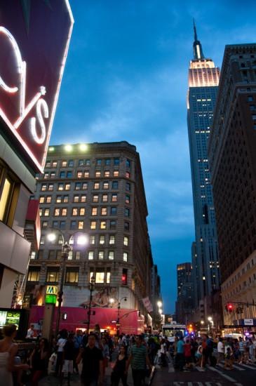 Kväll vid Macys och Empire State Building, New York