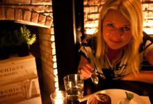 Anki äter dessert på Tartinery Restaurant, Nolita New York