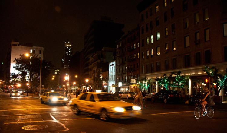 Spring Street och Lafayette by night, New York