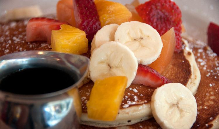 Frukost med pannkakor och frukt på Cornelia Street Café, West Village