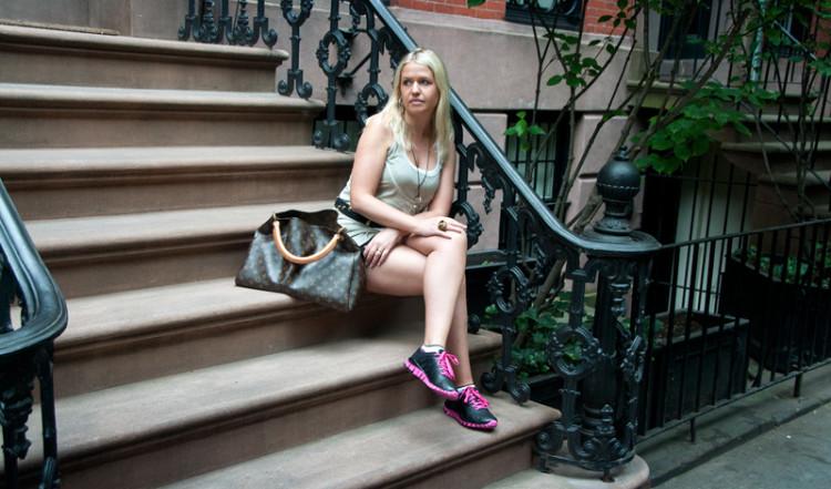 Anki på trappa i West Village, New York