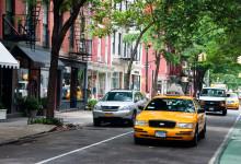 Trafik längs Bleeker Street i West Village, New York City